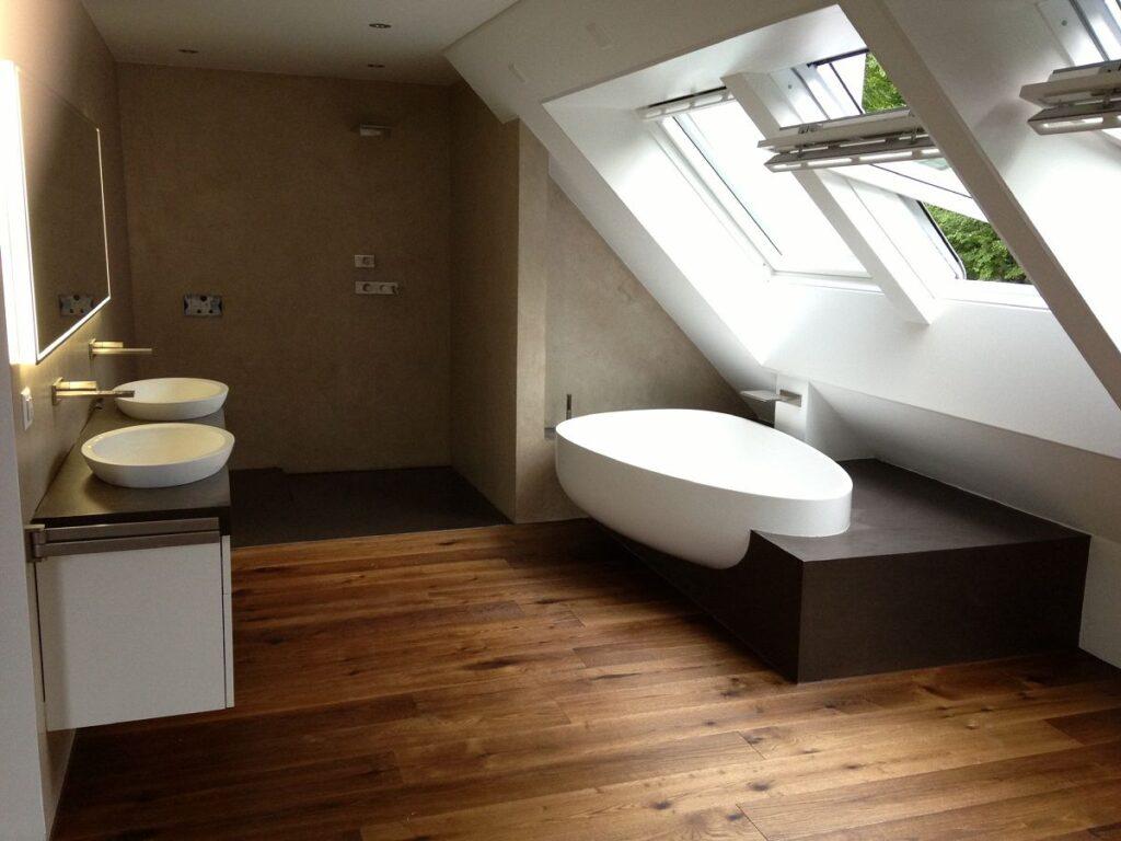Bad in Dachbereich mit Wand und Bodenbelag