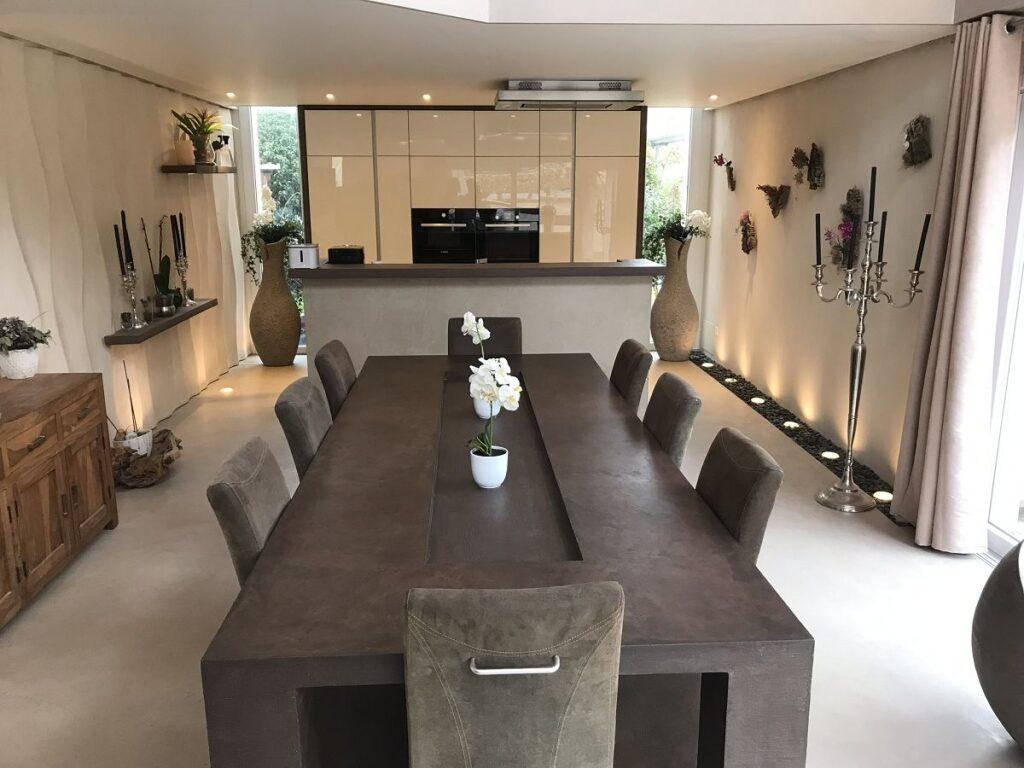 Showroom mit Wand und Bodenbelag